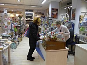 Blick ins Bücherparadies. Kassatheke mit Frau Meyer-Heinimann
