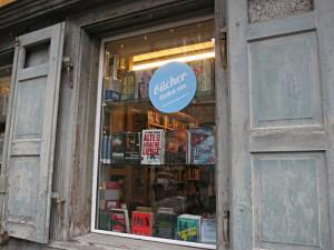 Fenster mit Aufschrift: Bücher laden ein
