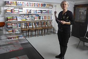 Carol Forster vor der Wand mit den Lesexemplaren