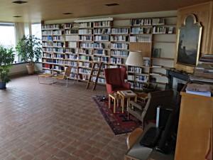 Bibliothek mit deutschen und Schweizer Autoren im Wohnraum