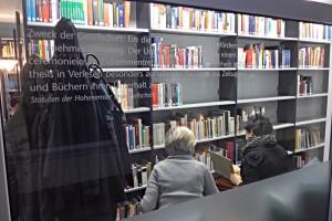 Blick in die Bibliothek mit Lesenden