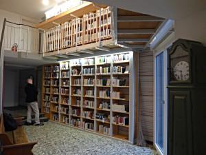 Bibliothek der Schweizer Autoren in allen Landessprachen auf zwei Etagen