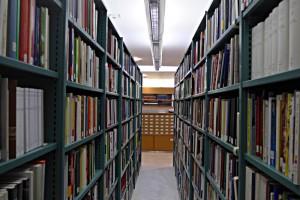 Blick durch die Büchergestelle zum Zettelkatalog