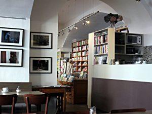Blick vom Literaturcafé in die Buchhandlung, rechts die frei verfügbaren Bücher