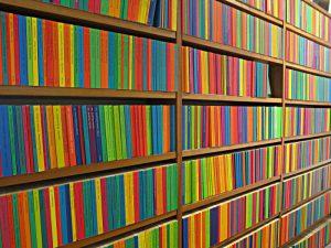Die farbige Wand mit den Reclam-Bändchen