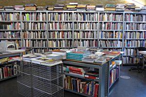 Buechergestelle voller Bücher, auch auf den Gestellen oben liegen noch welche!