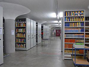 Blick in die Halle mit der Bilbliothek und dem Archiv