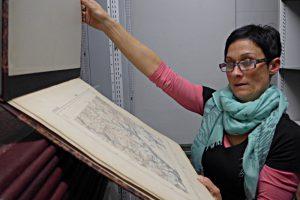 Samantha Pellegrini zeigt historische Karten