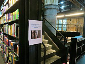 Aufgang zum zweiten Stock des Einbaus aus Stahl. Hinweis auf engl. Bücher