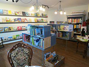 Wand mit Kinderbüchern