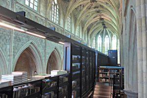 Bücherschiff. Zweite Etage des Einbaus aus scharzem Stahl