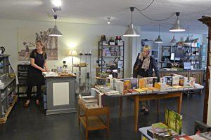 Bücher, Café, Shop-in-Shop mit Produkten von nivo