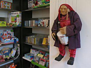 Marionette eines Trommlers in der Kinderbuchabteilung