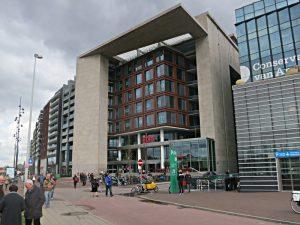 OBA-Hauptsitz-Fassade: sechs Stockwerke Bücher