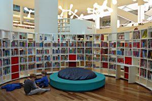 Bücherei für die Kinder, Halbrund mit Sitz- und Liegemöglichkeit