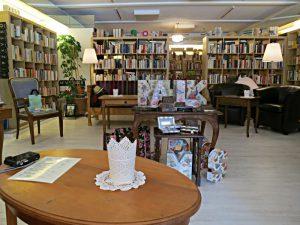 Der Salon: elegante alte Möbel, vorderer und hinterer Raum