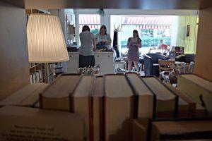 Blick durch Bücher zum Schaufenster