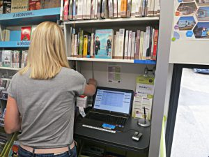 Bücherbestellung am PC im Bus