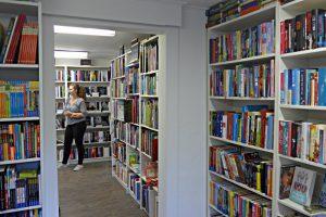 Helle Räume der Wynabuchhandlung; grosses Sortiment; Lernende A. Baumann
