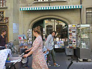 Blick vom Café hinüber zur Buchhandlung zum Zytglogge