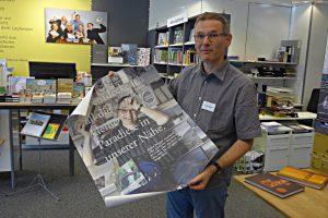 André Wigger mit einem Plakat