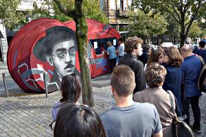 Warten für ein Ticket für eine Buchhandlung in Porto