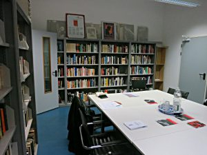 Bibliotheksraum mit Arbeitstisch