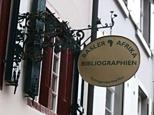 Schild der Basler Afrika Bibliographien am Tscheggenbürlins Hus