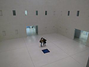 Blick ins Herz der Bibliothek mit dem blauen Brunnen in der Mitte am Boden
