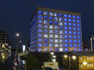 Nachts blau beleuchtetes Bibliothekshaus