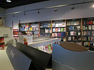 Blick über die Rollgestelle in die Auswahl an Büchern und Themen
