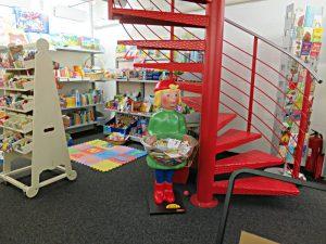 Spielecke, Kinderbücher, rote Metallwendeltreppe