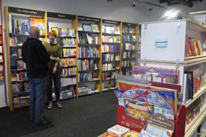 Die Welt sehen - eine gut bestückte Buchhandlun; Buchhändlerin Melanie Suter und ein Kunde