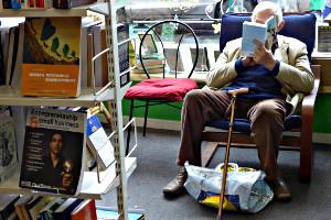 Lesender im Buchladen
