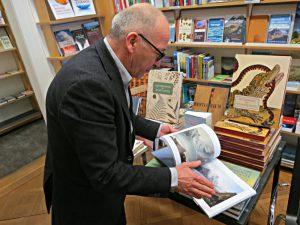 Matthias Haupt blättert in einem Buch
