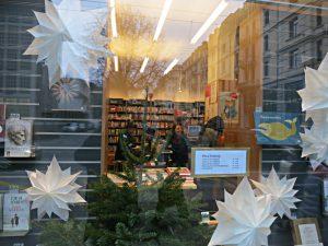 Blick durchs Fenster in die Buchhandlung