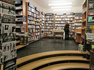 Blick in die Buchhandlung; drei Tritte