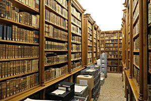 Schöne Holzgestelle in der Sitfsbibliothek