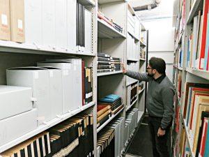 Michael Schaer zwischen den Gestellen mit Archivgut