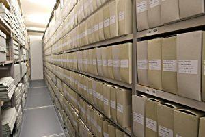 Archivschachtel neben Archivschachtel