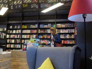 Lesefeuteuil, Lampe, Büchergestelle