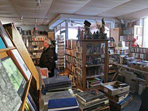Viele Bücher, nicht immer klar, was neu und antiquarisch ist.