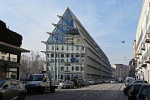Fondazione Giangiacomo Feltrinelli Milano, Stirnseite des Hauses mit Giebel