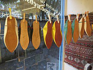 Pantoffeln an Wäscheklammern im Schaufenster