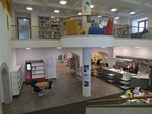 Eingangshalle mit erster Etage der Kinder- und Jugendbibliothek