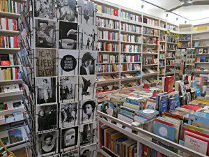 Kartenständer, Bücherwand links