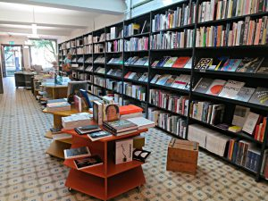 15 m Büchergestell, Bücherinseln, Blick zum Eingang