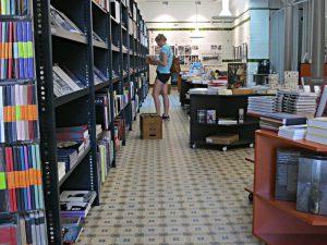 15 m Büchergestell, Tiefe des Raums, Bücherinseln