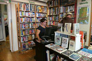 Lea Müller, Buchhändlerin, am Recherche-PC im vorderen Raum der Buchhandlung
