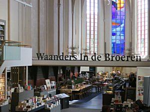 Blick ins Bistro mit dem bunten Glasfenster im Chor; Buchhandlungsname, wo einst das Chorgitter stand